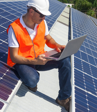 Ouvrier installateur de projet photovoltaïque